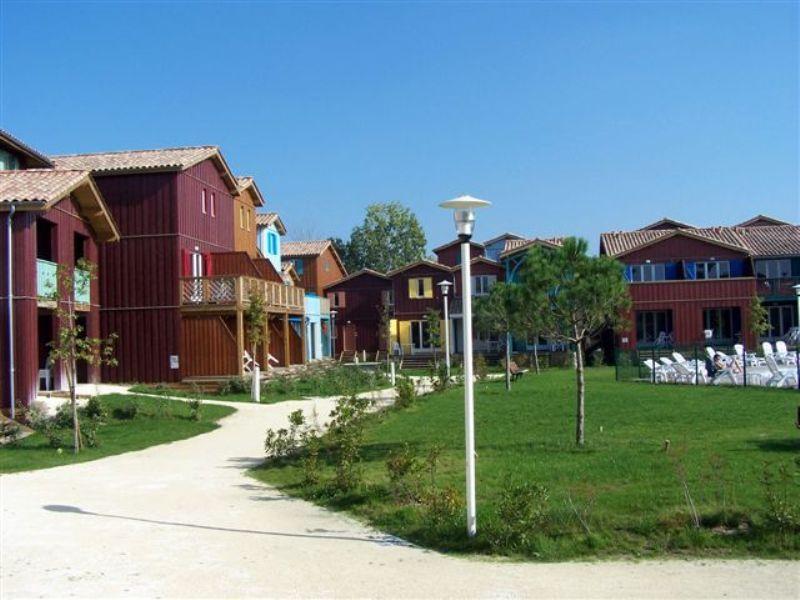 Madame Vacances – Résidence Les Rives Marines - Entre port et bourg, la résidence jouxte la Réserve Ornithologique de renommée mondiale. Située au sud du port de plaisance du Teich, près d'une baignade aménagée en bord de rivière (300 m) et de la plage du Teich (distance 4 km, accès par chemin piétonnier ou à vélo), et à proximité immédiate du Bassin d'Arcachon, elle comprend 139 appartements répartis dans 18 maisons s'inspirant de l'architecture traditionnelle des cabanes tchanquées. Chaque appartement comprend un séjour avec canapé-lit, un coin repas parfaitement équipé avec micro-ondes, lave vaisselle, plaques vitro-céramiques, réfrigérateur congélateur, télévision satellite (avec supplément), terrasse ou loggia avec mobilier de jardin et rack à vélos. Piscine découverte chauffée (avril à juin et septembre), Chaises longues, Local à vélo, Lit bébé en prêt à la réception (GRATUIT) Avec suplt : Animaux admis, service boulangerie.