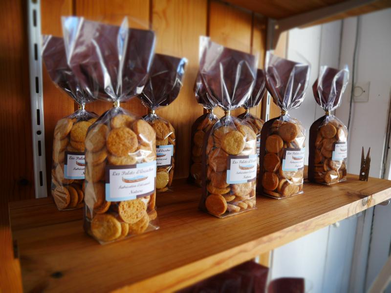 Les palets d'Arcachon - Yvette et sa bonne humeur légendaire vous accueille dans sa petite  biscuiterie artisanale et très cosy. Ses produits sont naturels ,sans colorant, sans conservateur. Vous y découvrirez une vaste gamme de biscuits aux saveurs originales qui enchanteront les papilles des gourmands petits et grands. A gouter sans modération!