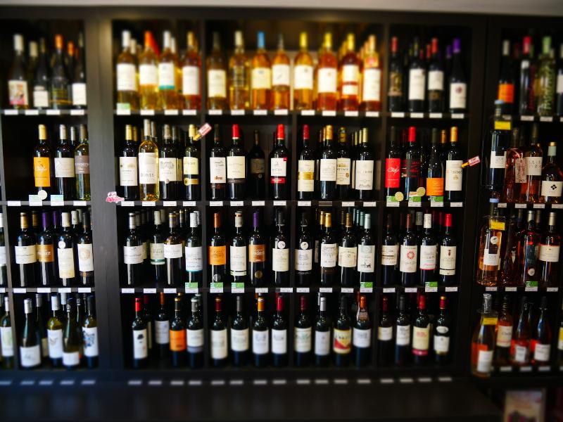 Le Teich Vin - Sylvain DESSALES caviste passionné sera ravi de vous accueillir au sein de son commerce pour vous faire découvrir les mille et une facettes du vin et partager toute son expérience dans le domaine de l'œnologie. A l'occasion de soirées à thèmes organisées régulièrement, vous pourrez rencontrer des producteurs locaux.  Grâce à leurs connaissances et de leurs conseils en matière de vin, Whisky, Rhum et autres spiritueux, vous serez conquis par ces dégustations.